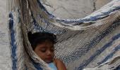 спящая в гамаке
