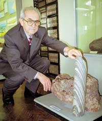 Юрий Кононов рядом с экспонатами Музея геологии, одного из старейших подразделений Центрального природоведческого музея НАНУ. Эти породы говорят о постоянных движениях земной коры. Справа — железистый кварцит, возникший в зоне сдвигов коры, слева — полевой шпат, продукт зоны расширения со свободным ростом кристаллов