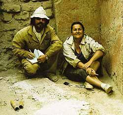 Т. К. Мкртычев и реставратор Н. А. Ковалева, автор реставраций многих находок экспедиции