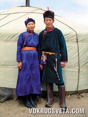Тувинцы в национальных костюмах