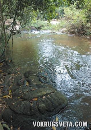 Барельеф у реки