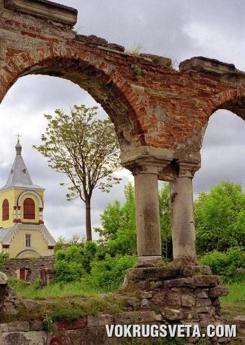 Вид через арку Доминиканского монастыря