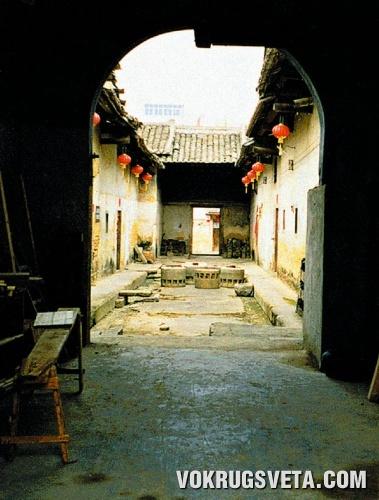 Каменные жернова в галерее земляной крепости