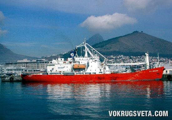 «Агалас»   в порту Кейптауна