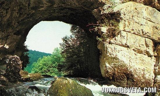Естественный мост в долине Раков Шкоцан