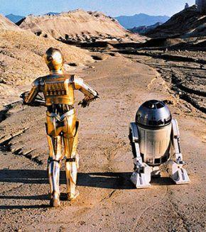 Для фанатиков «Звёздных войн» была сконструирована замечательная и очень дорогая игрушка – точная копия робота Р2-Д2. Она посвистывает, точь-в-точь как экранный оригинал, катается по квартире, объезжает препятствия и выполняет до сорока голосовых команд