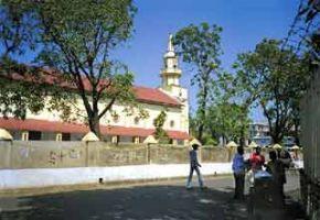 Старинный католический храм. Хотя католиков в стране немного, они образуют самостоятельную епархию, действуют и католические ордены