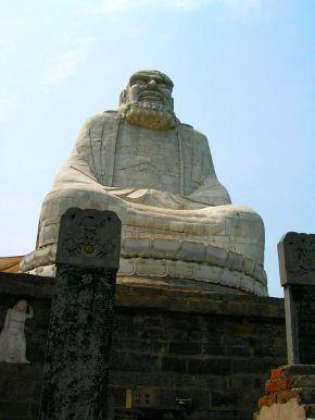 статуя Дамо на горе Ужу